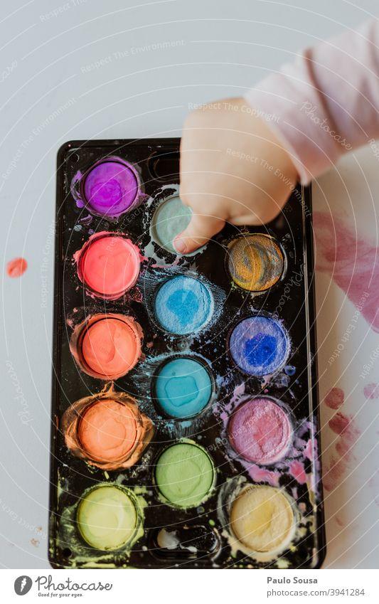 Close up Kind spielt mit Aquarell Wasserfarbe Nahaufnahme Hand farbenfroh Farbverlauf Kindergarten Farbe mehrfarbig Kunst Papier Kreativität malen Makroaufnahme