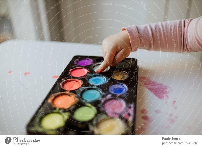 Nahaufnahme Kind Hand Malerei mit Wasserfarben Aquarell Kunst Kindergarten Freizeit & Hobby Gemälde Anstreicher Papier Kreativität Farbfoto malen Farbe