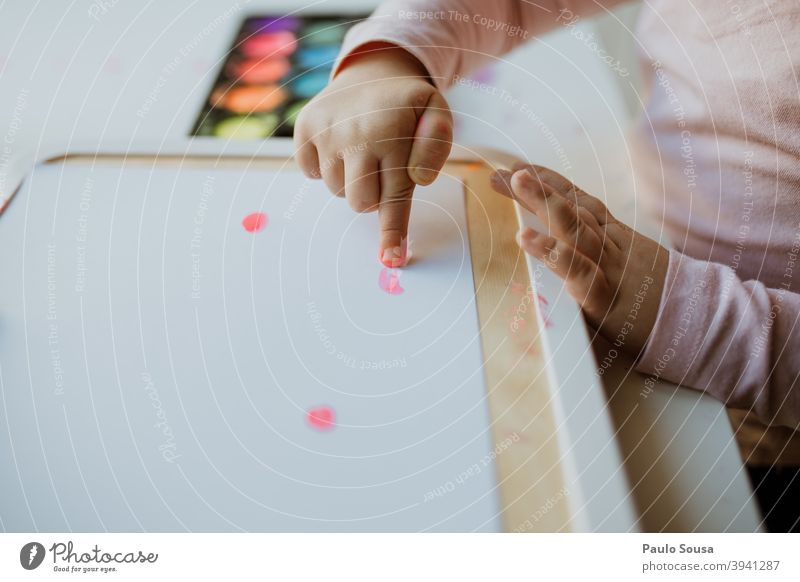 Nahaufnahme Kind malt mit Fingern Kindheit Gemälde Kreativität Freizeit & Hobby Künstler Papier Farbe malen mehrfarbig zeichnen Zeichnung Kunst authentisch