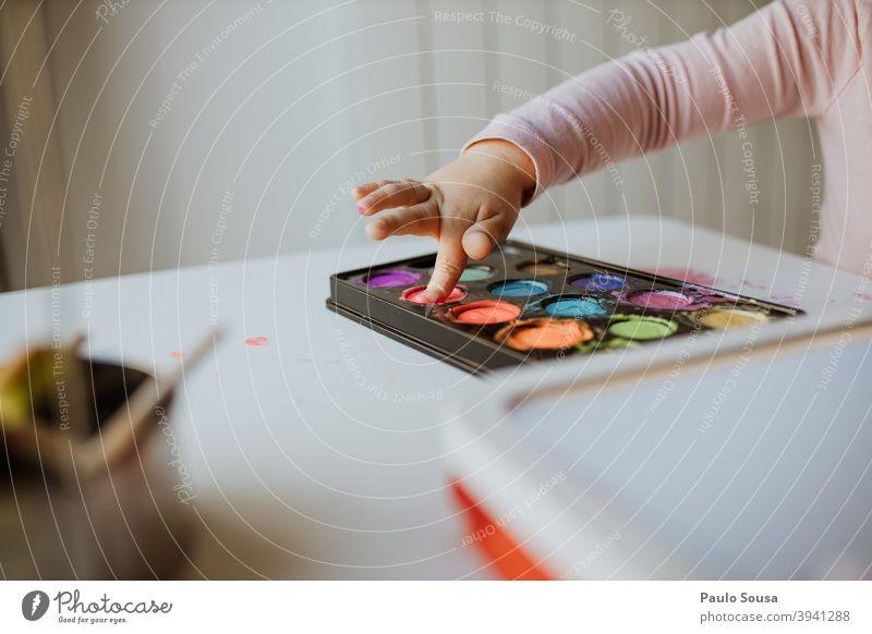 Close up Hand Kind Malerei mit Aquarell Wasser Wasserfarbe Gemälde abschließen Freizeit & Hobby malen Papier Nahaufnahme mehrfarbig Farbe Farbfoto Kreativität