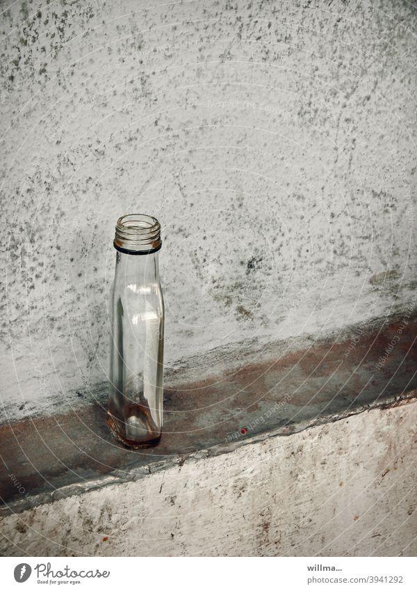 Flachmann. Für den einen ein kleiner Schluck zwischendurch, für den anderen das Brot der Welt. Schnapsflasche leer Spirituosen Alkohol Alkoholsucht Sucht