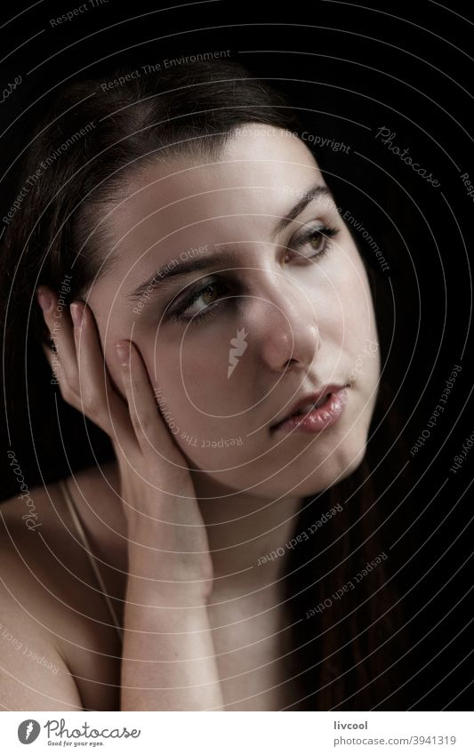 Schönheit Teenager in der Dunkelheit Mädchen Model jung attraktiv verführerisch begrenzt zu Hause hübsch echte Menschen traurige Haltung heimwärts Innenbereich