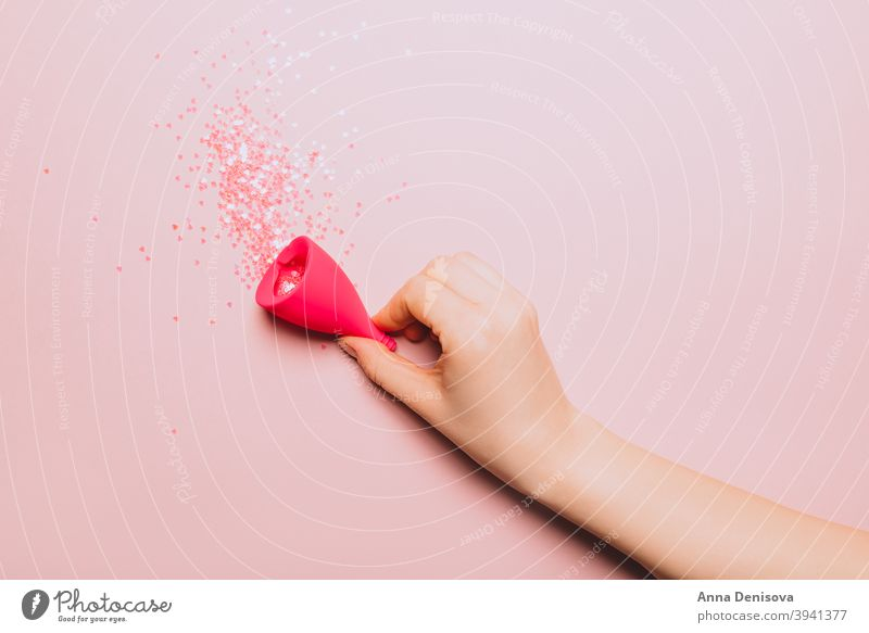Hygieneartikel für die kritischen Tage der Frauen Menstruation menstruell Zeitraum sanitär Tasse Menses Unterlage Tampon Blut Konzept pms rot weiß Gesundheit
