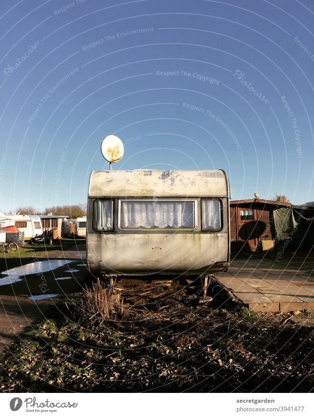 Alles nur Fassade. Campingplatz Himmel tiny house dreckig Vintage alt verlassen lost places matschig Verfall Vergänglichkeit kaputt Wandel & Veränderung