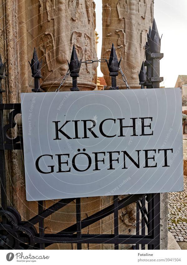 """""""Kirche geöffnet"""" steht auf einem Schild an einem schmiedeeisernen Tor. Schrift Text Wort Buchstaben Schriftzeichen Typographie Menschenleer Mitteilung"""