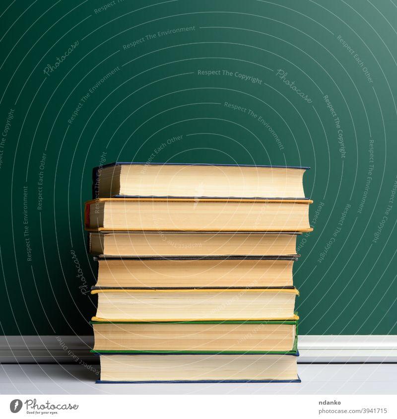 leere grüne Kreide Schultafel und Bücherstapel, zurück zur Schule Buch Buchladen Buchhandlung Tafel Klassenraum zugeklappt Sammlung Hochschule Deckung