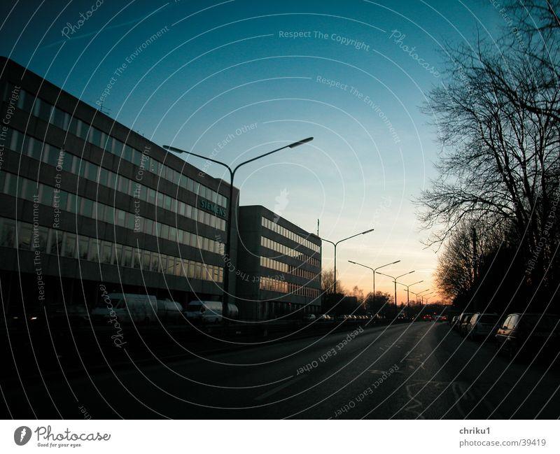 Straßenuntergang Stadt Winter dunkel PKW Hochhaus Verkehr trist fahren Laterne Abenddämmerung