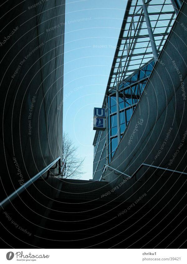 Glaspalast1 Gebäude U-Bahn Öffentlicher Personennahverkehr Glasdach Dämmerung Baum Winter Architektur blau Treppe U-Bahnaufgang