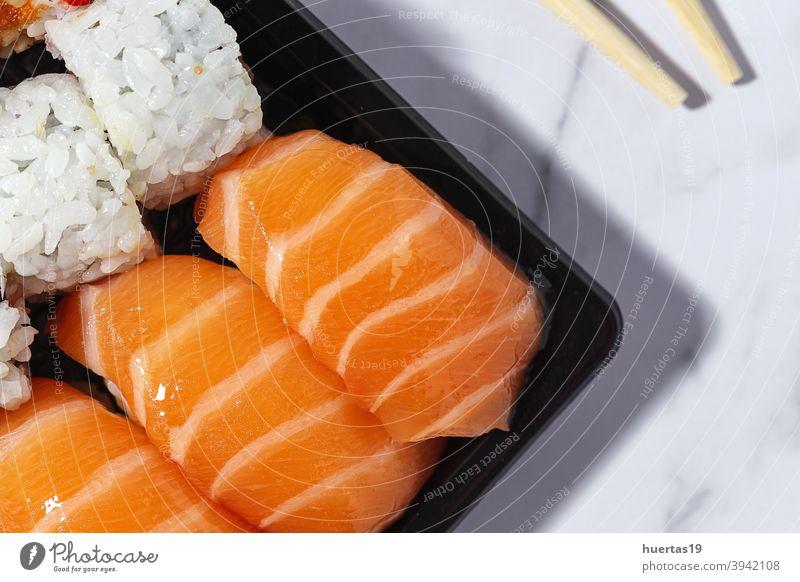 Konzept für japanisches Essen zum Mitnehmen. Sushi-Sortiment zum Mitnehmen Japanisch Lebensmittel Lachs Mahlzeit Fisch wegnehmen Mittagessen Reis Kasten