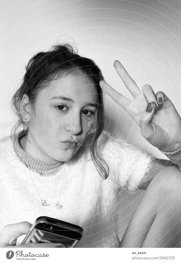 Läuft ... Mädchen Jugendliche Porträt schön Gesicht hübsch brünett Lächeln Victory-Zeichen peacezeichen Blick in die Kamera attraktiv Körperhaltung Mensch