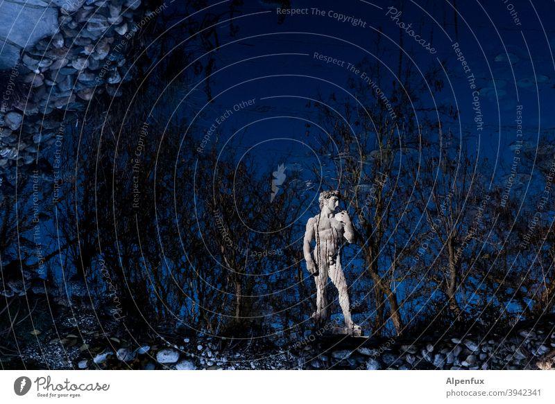 David in the Dark Statue Einsamkeit alleine Außenaufnahme einsam Spiegelung isoliert Quarantäne isolation Isolation See Seeufer Wasser Farbfoto Wasseroberfläche