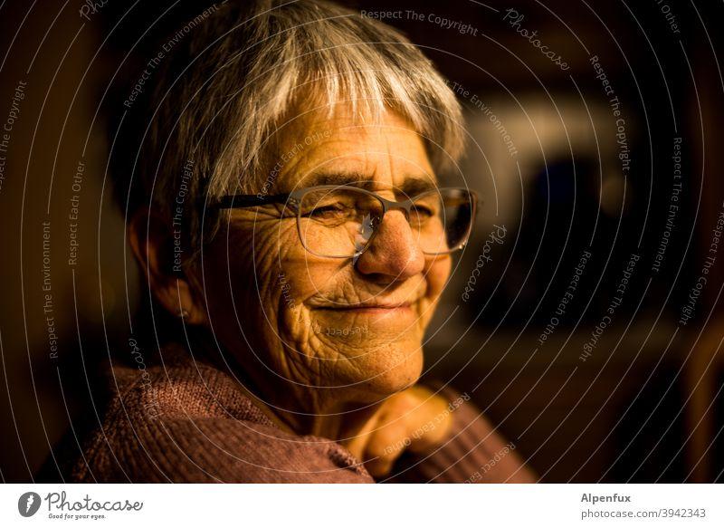 Home-Rentnering (w) seniorin Frau Seniorin Porträt Erwachsene Farbfoto Weiblicher Senior Ruhestand feminin 60 und älter Mensch alt Innenaufnahme Großmutter