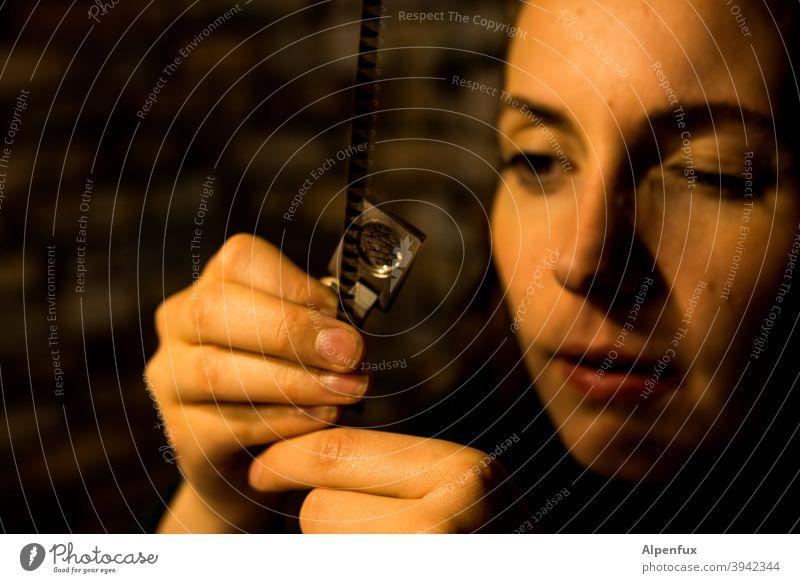 Ahnenforschung Frauenaugen langhaarig Jugendliche Junge Frau anschauen Frauengesicht 18-30 Jahre Haare & Frisuren überprüfen Prüfung Kontrolle feminin Gesicht
