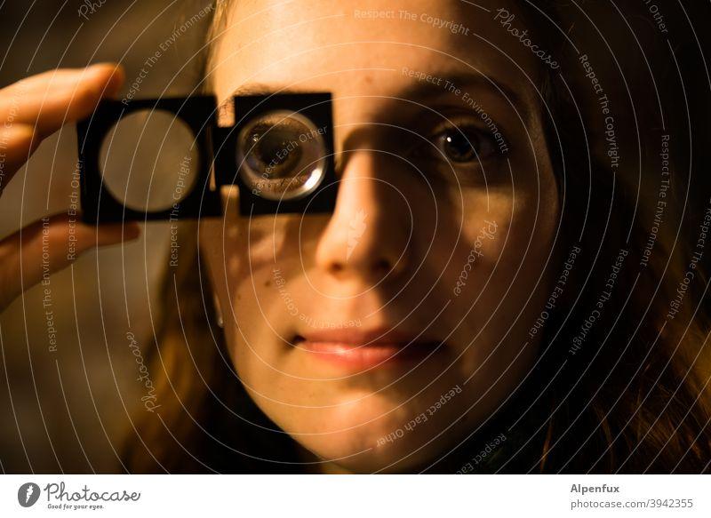 Universal Soldier Frau Lupe Lupeneffekt Nahaufnahme Farbfoto Frauengesicht Porträt Auge Junge Frau Jugendliche 18-30 Jahre beobachten Blick Mensch feminin