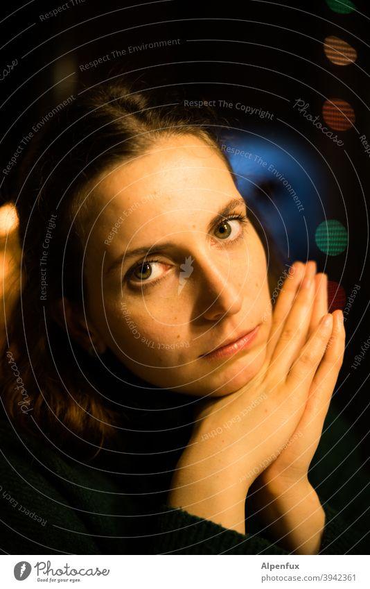 Sonntagsandacht unscharfer Hintergrund langes Haar Kopf Frauenaugen portraite schön Mensch Porträt natürlich Blick in die Kamera Frauengesicht Erwachsene