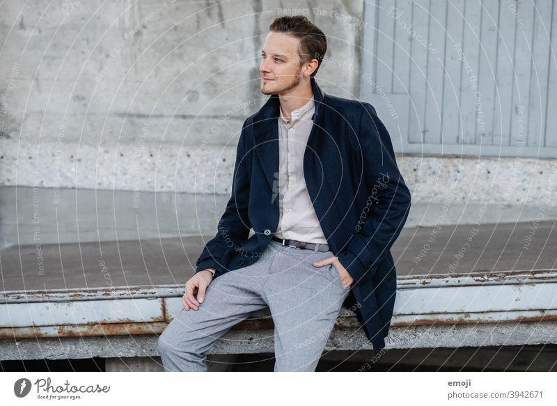 junger Mann, Business, draussen, sitzend männlich Erwachsener Oberkörper die Arme verschränkt Junger Mann Freundlichkeit Lächeln Geschäftsmann glücklich