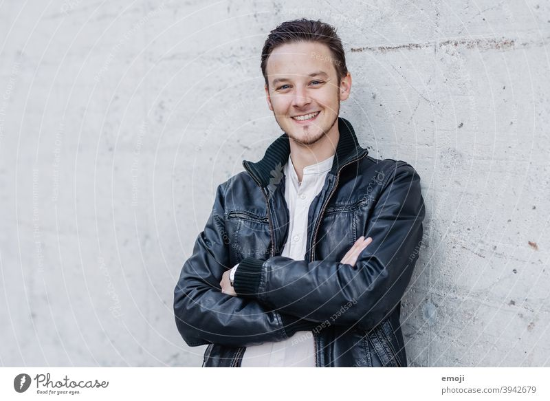 junger Mann, Business, draussen männlich Erwachsener Oberkörper die Arme verschränkt Junger Mann Freundlichkeit Lächeln positiv Verschmitzt Blick in die Kamera