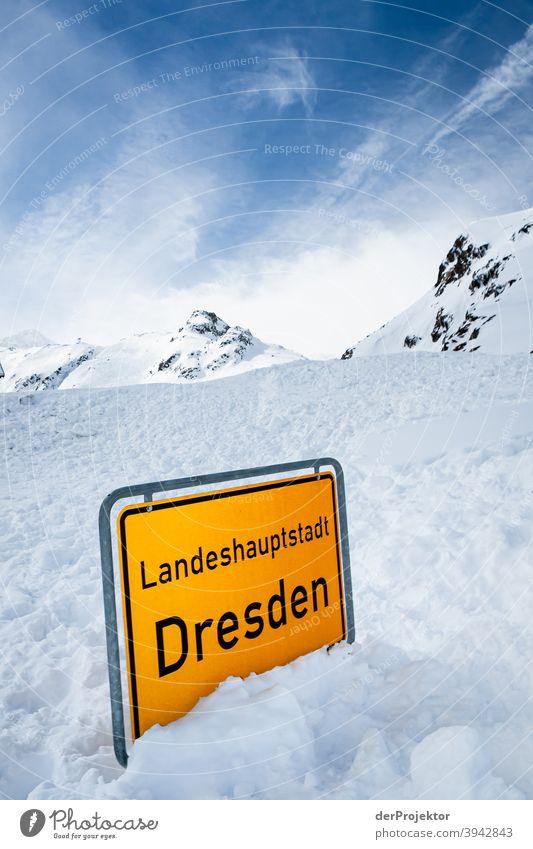 Schneelandschaft am Stubaigletscher mit Ortschild im Vordergrund Wintertag Starke Tiefenschärfe Kontrast Schatten Licht Tag Textfreiraum oben
