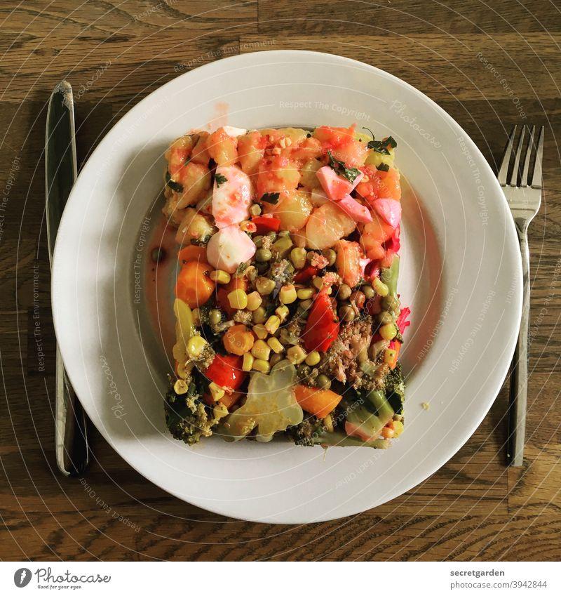 Vorsatz fürs Neue Jahr: Esse nur noch das Eckige im Runden. Essen Essenszeit Essensreste Teller Tisch Mittagspause Mittagessen Messer minimalistisch
