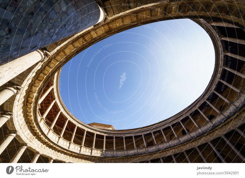Innenraum des Palastes von Karl V. in der Alhambra in Granada carlos Charles Hof Spanien Spanisch Architektur Wahrzeichen Stein Denkmal reisen Erbe Tourismus