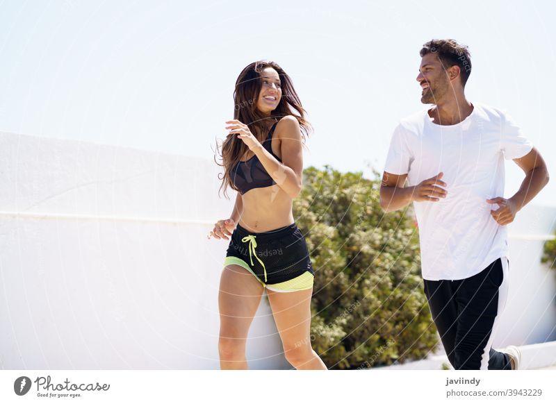 Junges schönes Paar, das zusammen trainiert und im Freien läuft rennen Fitness Training Sport Frau Mann Mädchen passen Aktivität jung Freizeit Jogger Kaukasier
