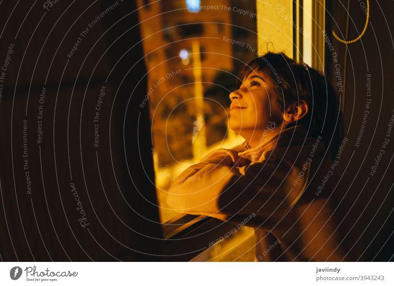 Mädchen schaut aus dem Fenster in der Nacht, um den Mond und die Sterne zu sehen. Person jung Licht Menschen Frau menschlich Dame weiß dunkel Denken Kind