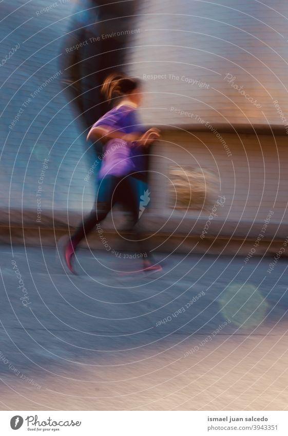 Frau läuft auf der Straße rennen laufen Marathon Läufer Joggen Aktion Fitness Gesundheit Lifestyle Jogger Sport Sport-Training eine Person Großstadt