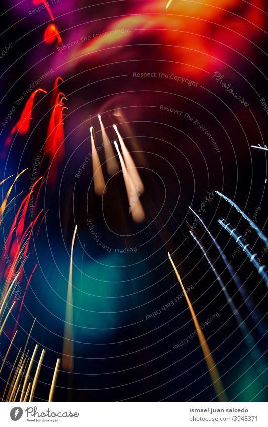 Multi farbige Weihnachtsbeleuchtung in der Nacht auf der Straße, Weihnachtsdekoration Lichter Straßenlaternen Bewegung Geschwindigkeit Linien Farben farbenfroh