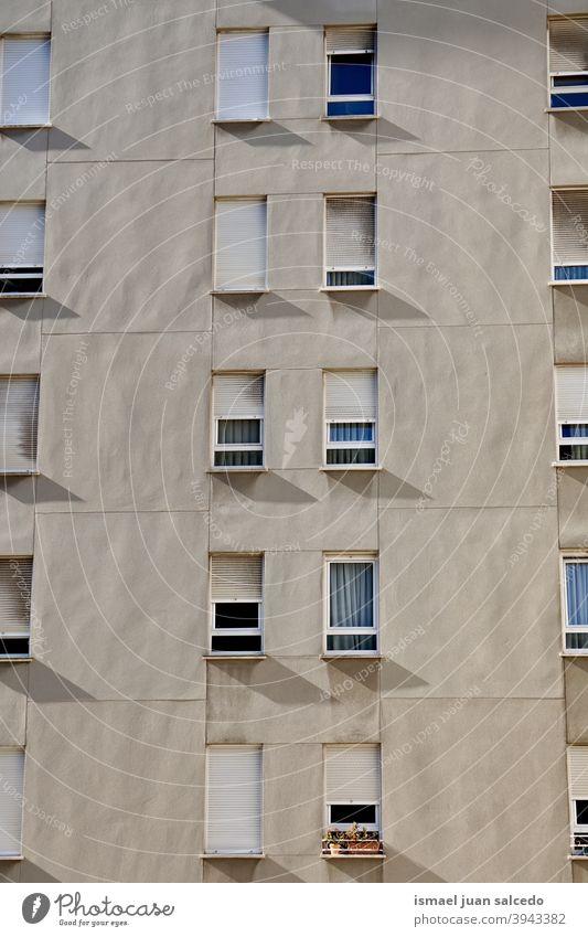 Fenster auf der weißen Fassade des Hauses, Architektur in Bilbao Stadt Spanien Gebäude Außenseite Gebäudesterior heimwärts Straße Großstadt im Freien Struktur