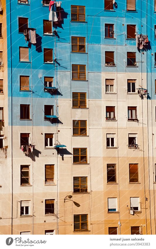 Fenster an der mehrfarbigen Fassade des Hauses, Architektur in der Stadt Bilbao, Spanien Gebäude Außenseite Gebäudesterior heimwärts Straße Großstadt im Freien