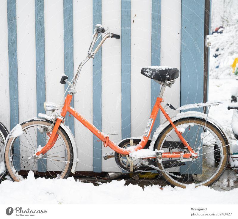 Klapprad im Winter Fahrrad Radfahren orange Schnee kalt Streifen retro Retro-Farben stylish