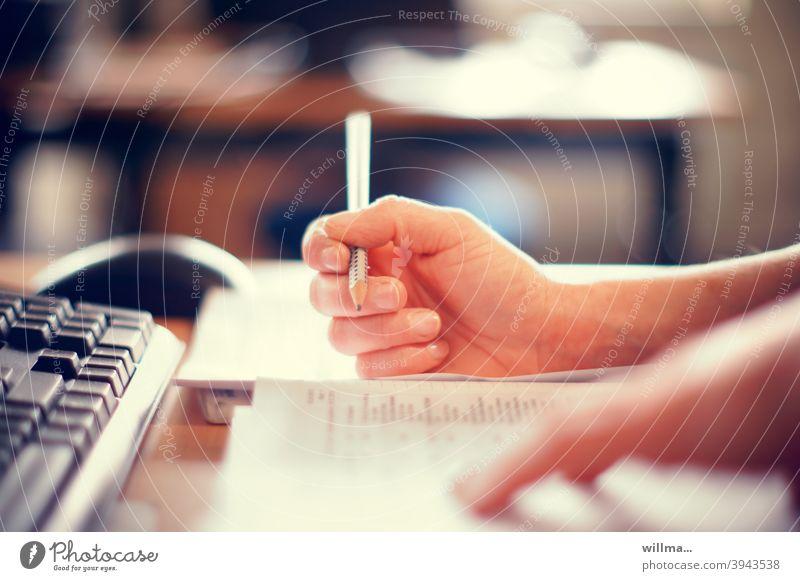 Homeschooling - Digitale Bildung lernen Weiterbildung Schule büffeln schreiben Wissen Quarantäne Stift Hand zuhause Corona Studium Selbststudium