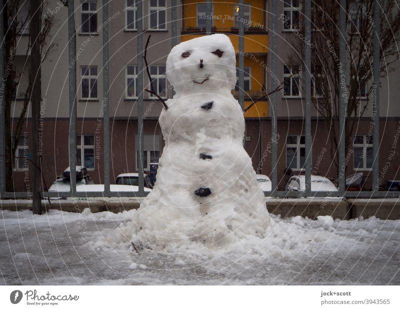 Kleiner Schneemann vor dem Tauwetter Winter kalt Kreativität Berlin Prenzlauer Berg Metallzaun Fassade klein Winterstimmung diesig Umwelt Neuschnee