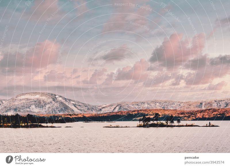 nordic dreaming Skandinavien nordisch Fjord Norwegen Abendlicht Sonnenuntergang Traum Landschaft Berge Insel Reisefotografie Himmel Wasser Felsen