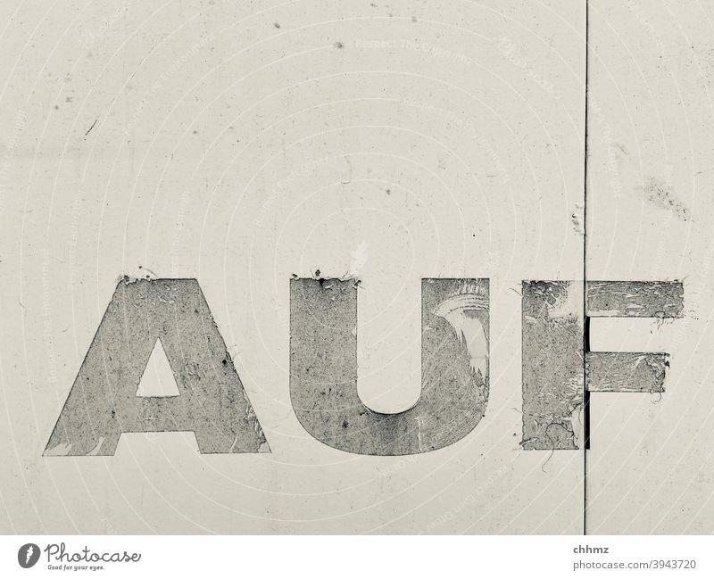AUF Auf Wort Nahaufnahme Buchstaben Typographie Zeichen Schriftzeichen lkw Plane alt verwittert Monochrom Menschenleer Schilder & Markierungen herauf hinauf