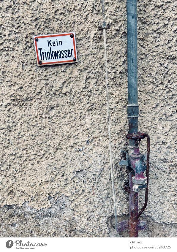 Kein Trinkwasser Wasserhahn Rohrleitung Erdungskabel Schilder & Markierungen Hinweisschild Wand Fassade Putzfassade Schriftzeichen Buchstaben Warnschild alt