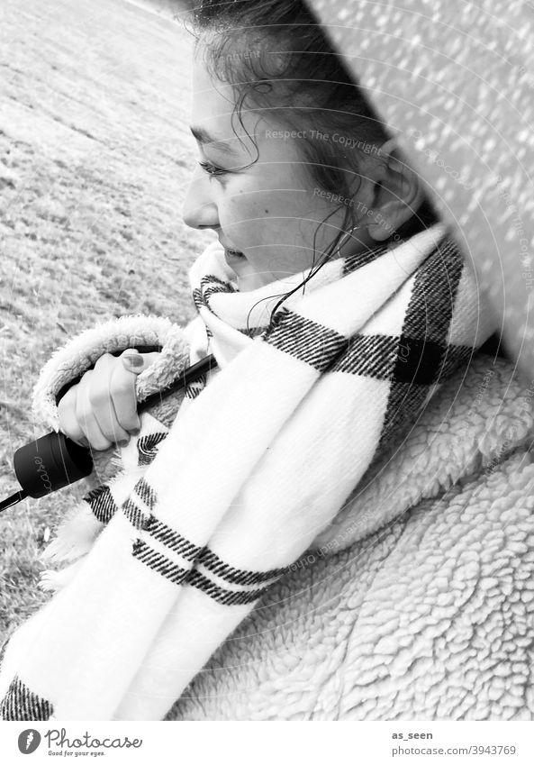 Unterm Regenschirm Mädchen Regenwetter nass Herbst Wetter schlechtes Wetter Außenaufnahme Wassertropfen Klima kalt Schutz Schirm Lächeln Blick nach vorn Schal