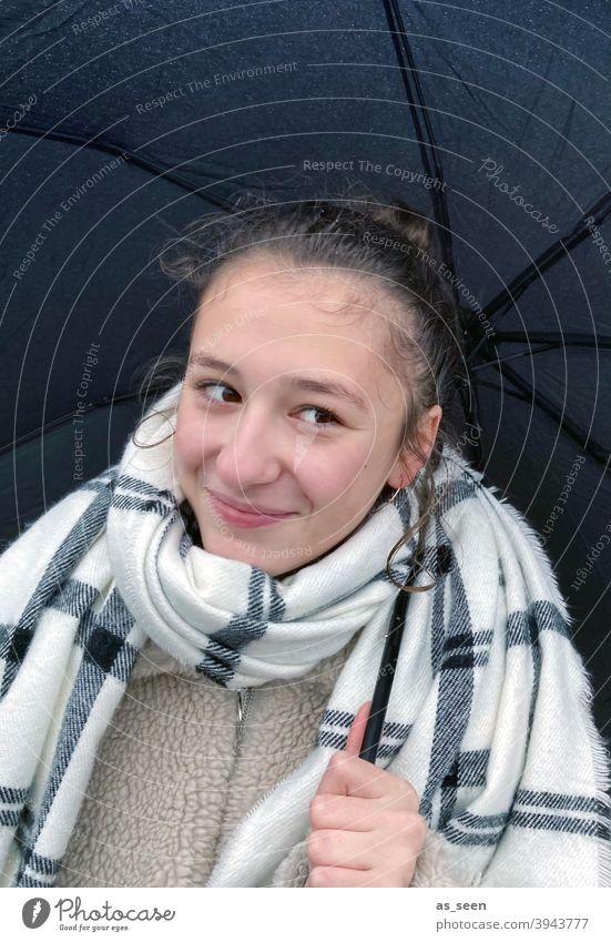 Fröhlich im Regen Mädchen Schal Regenschirm regnerisches Wetter Herbst nass schlechtes Wetter Außenaufnahme Farbfoto Tag Wassertropfen Klima Mensch Schutz