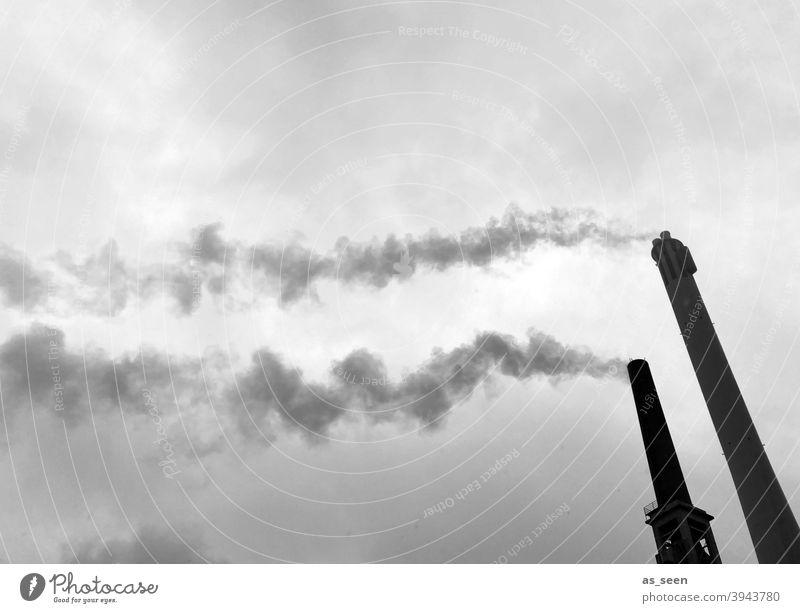 Rauchende Schlote vor grauem Himmel Schornstein Abgase Industrie Stadtwerke Turm Emission CO2-Ausstoß Umweltverschmutzung Klimawandel Außenaufnahme