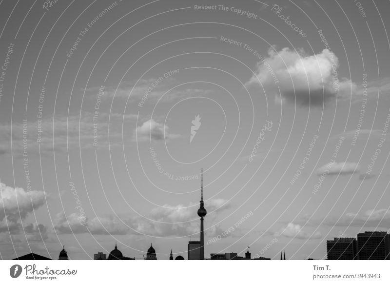 die Skyline Berlin mit Wolken s/w b/w Himmel Fernsehturm Silhouette Schwarzweißfoto b&w Architektur schwarz Stadt Außenaufnahme B&W Gebäude Tag