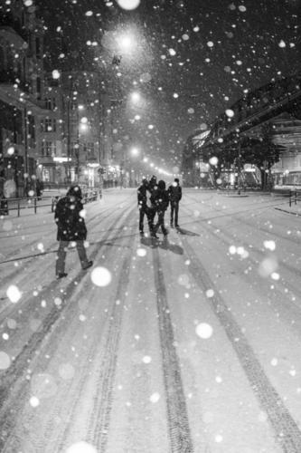 es schneit in der Schönhauser Allee Berlin s/w b/w Schnee Winter Straße Nacht night peoples Menschengruppe Schwarzweißfoto b&w Außenaufnahme Stadt dunkel