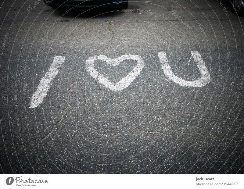 Liebesbekundung kurz und knapp i love you Englisch Asphalt Parkplatz Straßenkunst Verliebtheit Schriftzeichen Liebeserklärung Liebesgruß grau Herz (Symbol)