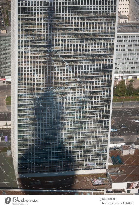 systemrelevant | fernsehen und frei hören Berliner Fernsehturm Alexanderplatz Architektur Berlin-Mitte Hauptstadt Fernmeldeturm Fassade Schattenspiel Straße