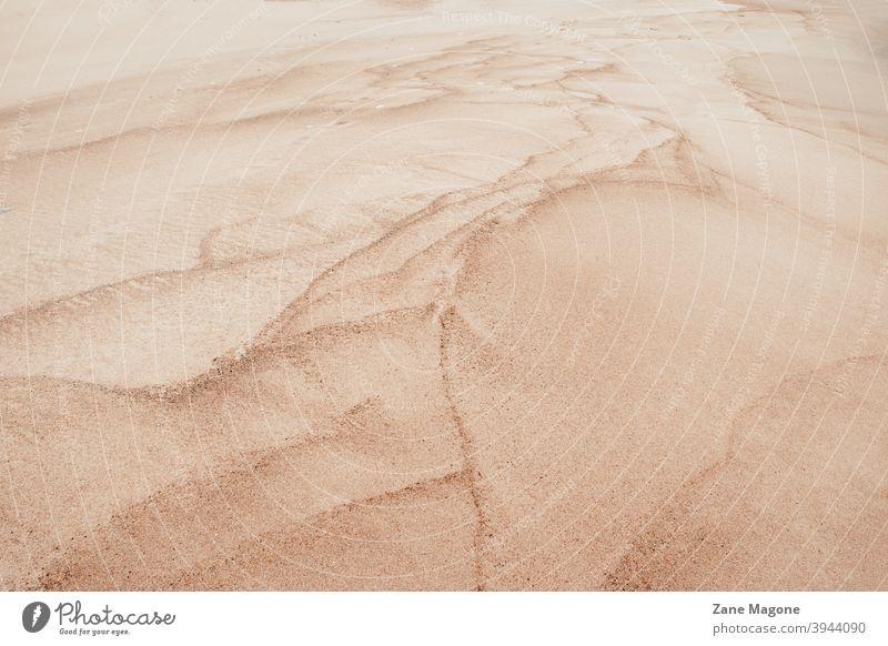 Texturierte Linien und Formen in Sand Strand Strandsand texturiert texturierter Hintergrund Sandhintergrund abstrakter Sand abstrakter Strand Wüstensand
