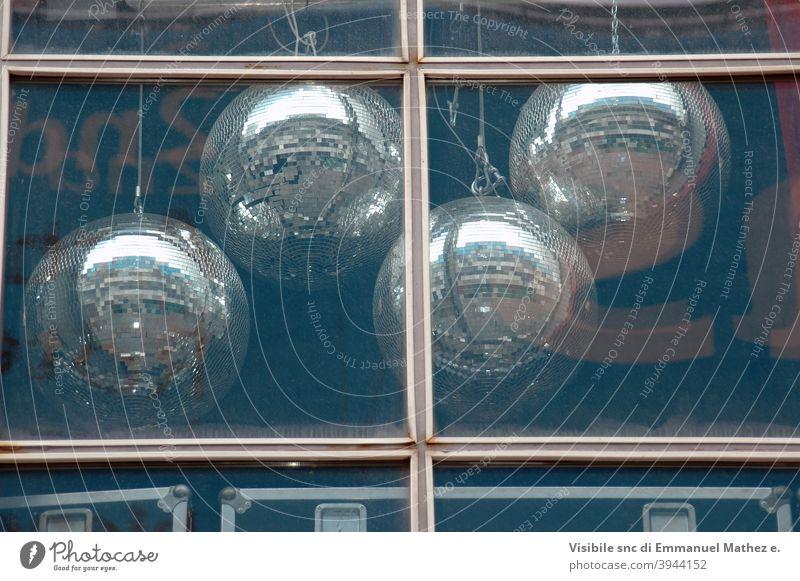Discokugellampe hinter Fenster Feier Kugel Gerät zeigen schwarz Spiegel Dekoration & Verzierung Lampe retro Glück Feiertag Party Hintergrund blau beleuchtet