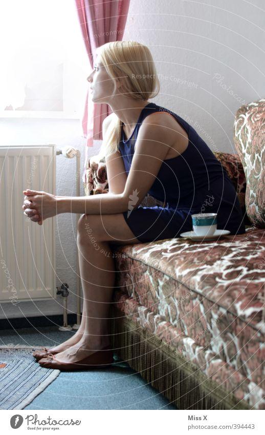 Warten* Mensch Frau Jugendliche Junge Frau Erwachsene Fenster 18-30 Jahre feminin Gefühle Stimmung blond sitzen warten Häusliches Leben Kleid Neugier