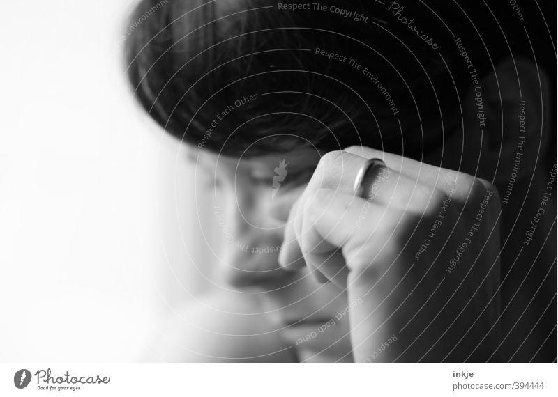 Luftschloss Häusliches Leben Fenster Frau Erwachsene Gesicht Hand 1 Mensch 30-45 Jahre Ring Ehering Traurigkeit weinen nah Gefühle Stimmung Trauer Liebeskummer