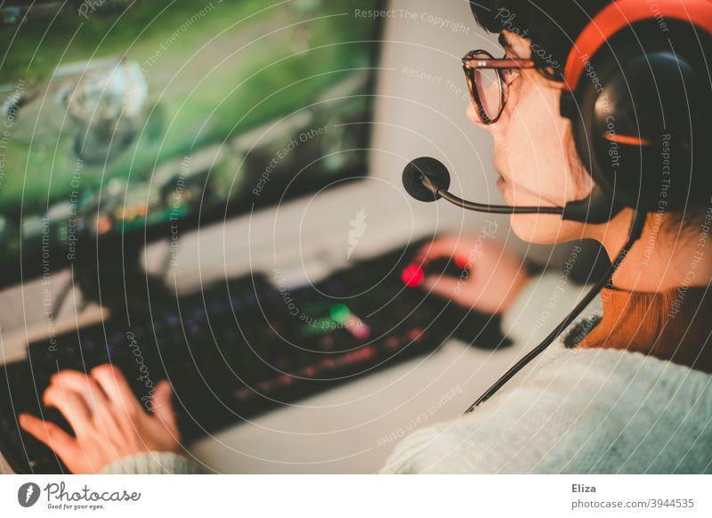 Junge Frau mit Headset beim Zocken am Pc. Gaming. spielen zocken Technik & Technologie Spielen Freizeit & Hobby Computerspiel Rechner PC PC-Spiel E-Girl digital
