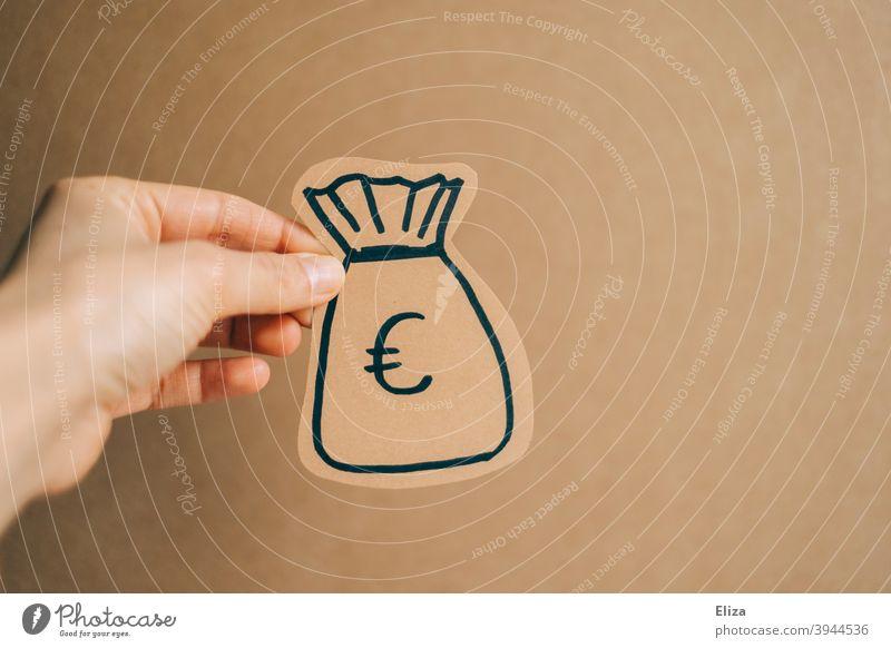 Hand hält einen Sack voll Geld geben spenden Finanzen Kapital Finanzierung Euro Geldsack Gewinn Lohn Crowdfunding bezahlen Investition kaufen Rendite Vermögen
