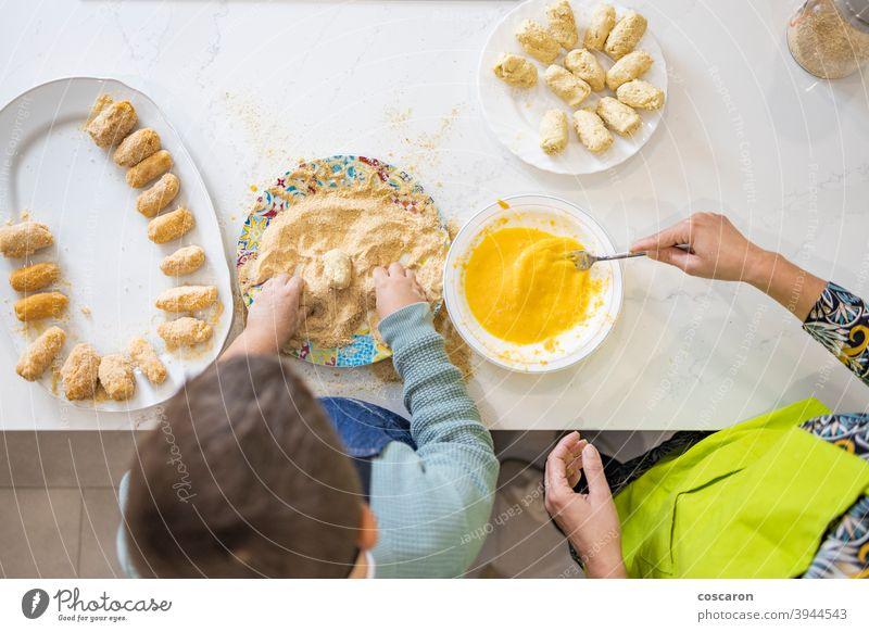 Mutter und Sohn machen Kroketten in der Küche Erwachsener schön Schalen & Schüsseln Semmelbrösel Kaukasier Kind Kindheit Koch Essen zubereiten niedlich heimisch